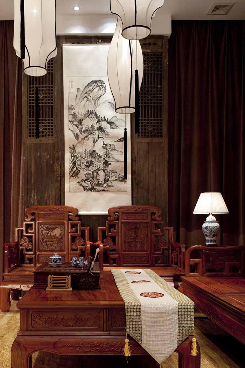 茶楼室内装修设计注重文化的融合,以及空间的硬件,以人性化的理念展开空间布局设计。在传统文化元素的运用上节制选材,选取最具茶叶气质的元素,营造经典的茶楼室内中式装修设计。  精致环境中典雅而高贵 茶叶在我国有着悠久的文化,从建筑上也可以找到文脉的延续。如今随着建筑应用新材料,新工艺,让传统文化得到了更好的展示效果,打破传统与现代的界限,以达到古今融合的效果。