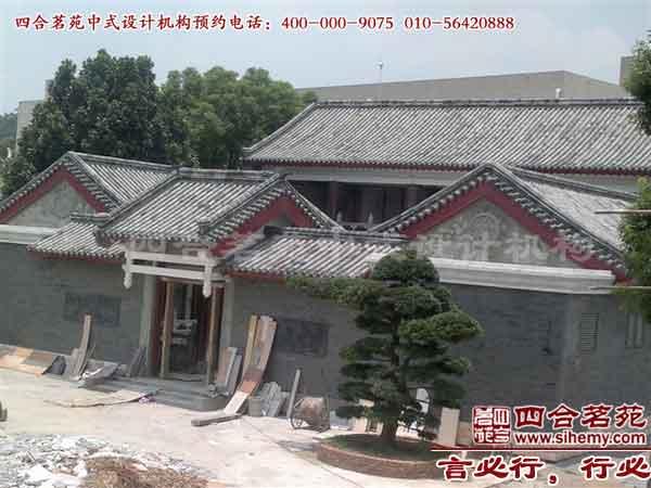 """四合院建筑設計是中國一種陳舊的修建,四合院的開展歷史現已是適當的悠久了。四合院的中式設計裝修,也是一個及其有藝術感的問題。雖然四合院裝飾年代不一樣裝飾的個性也不一樣,但是就其根本,古典的設計方式,仍然是中式四合院裝飾裝修的最佳選擇。  針對房間的規劃、裝飾資料的選用要仔細思考。挑選的裝飾公司能夠做到盡善盡美,規劃、施工水平到達需求。因此在裝飾之前,您不要太匆忙,要留出一段時間好好思考房間的規劃和裝飾資料的挑選,以及用一段時間去挑選一家合格的裝飾公司。  有些人在裝飾中不分主次,關于一切空間""""一"""